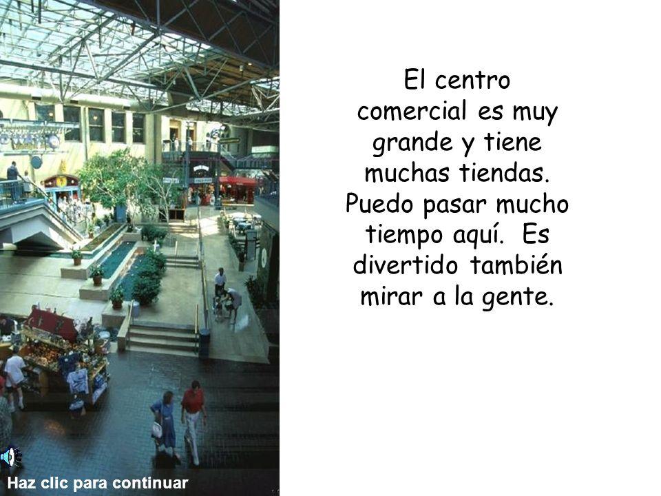 El centro comercial es muy grande y tiene muchas tiendas.