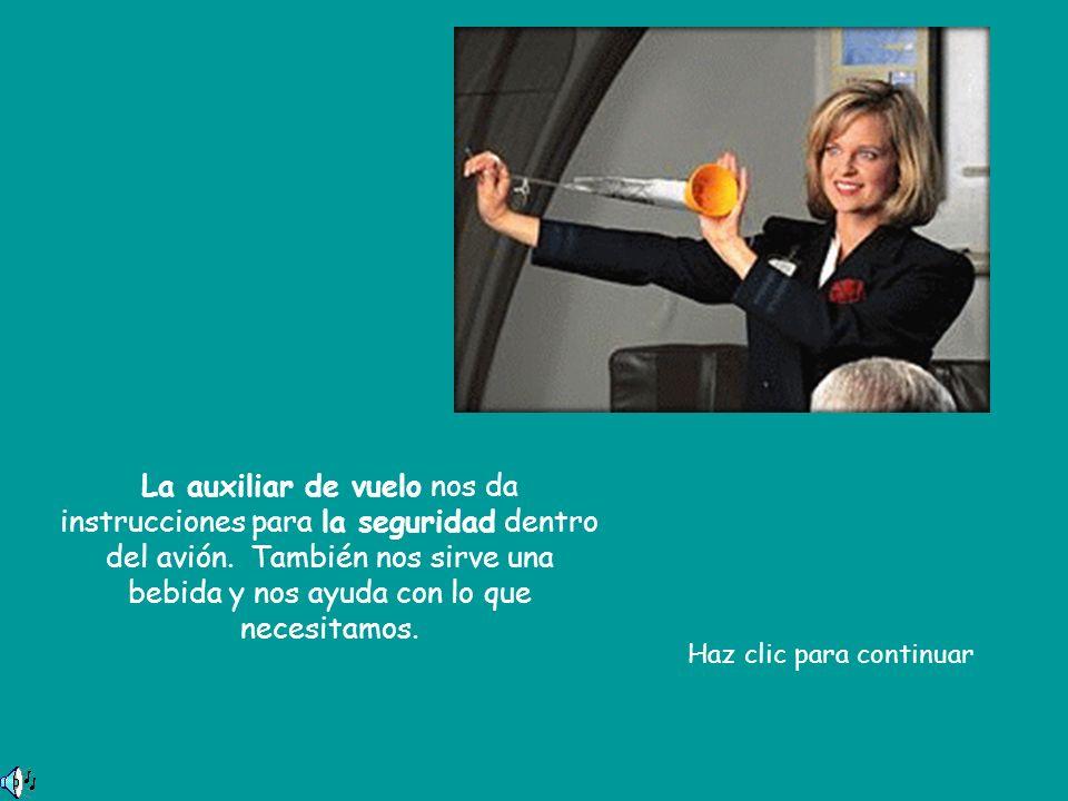 La auxiliar de vuelo nos da instrucciones para la seguridad dentro del avión. También nos sirve una bebida y nos ayuda con lo que necesitamos. Haz cli
