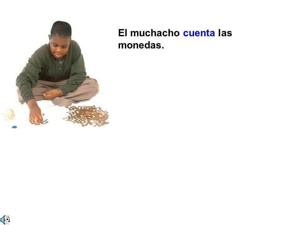 El muchacho cuenta las monedas.