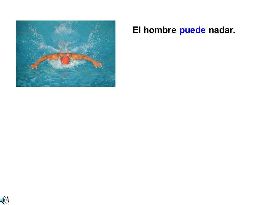 El hombre puede nadar.