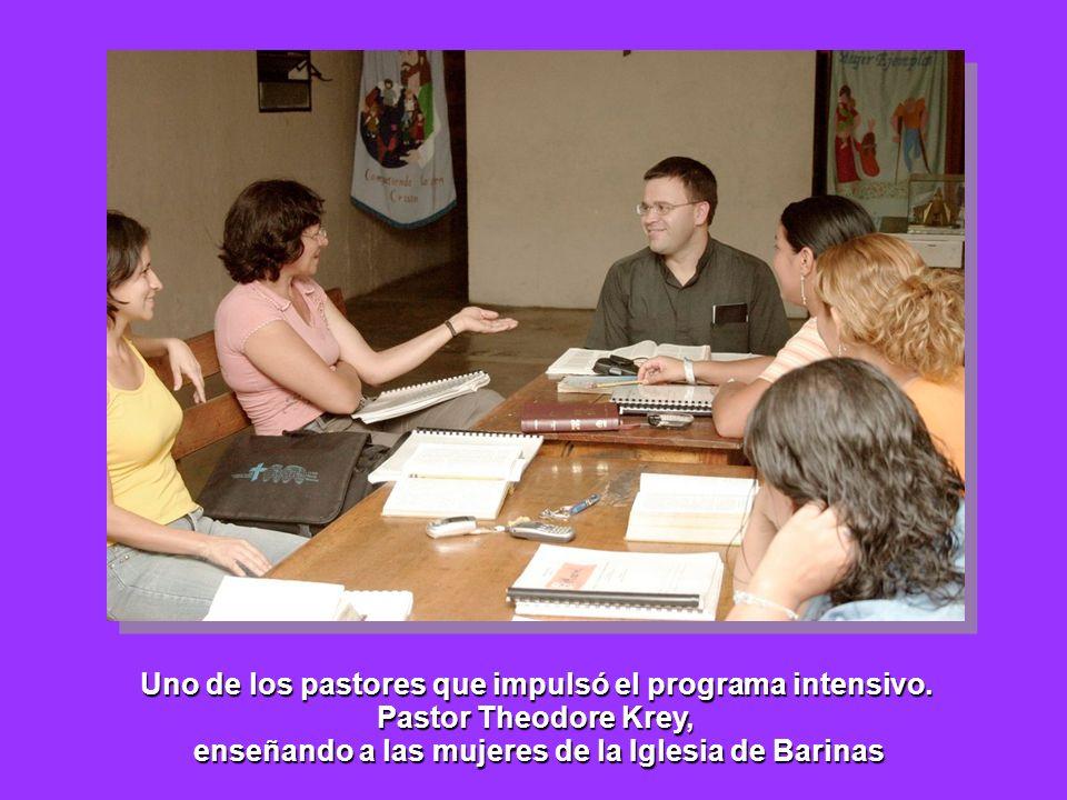 Uno de los pastores que impulsó el programa intensivo. Pastor Theodore Krey, enseñando a las mujeres de la Iglesia de Barinas
