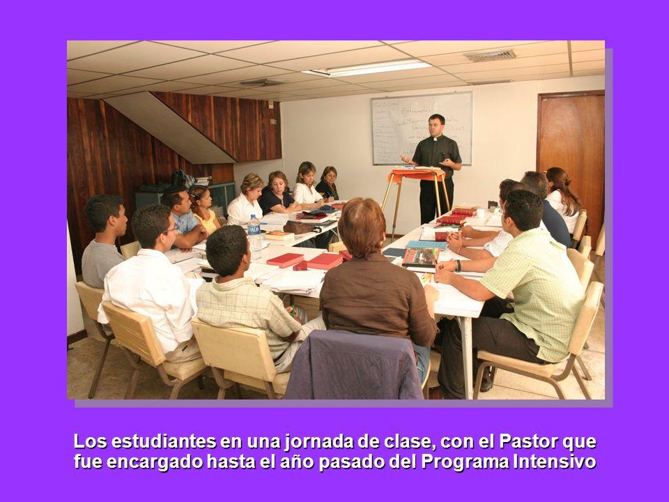 Los estudiantes en una jornada de clase, con el Pastor que fue encargado hasta el año pasado del Programa Intensivo