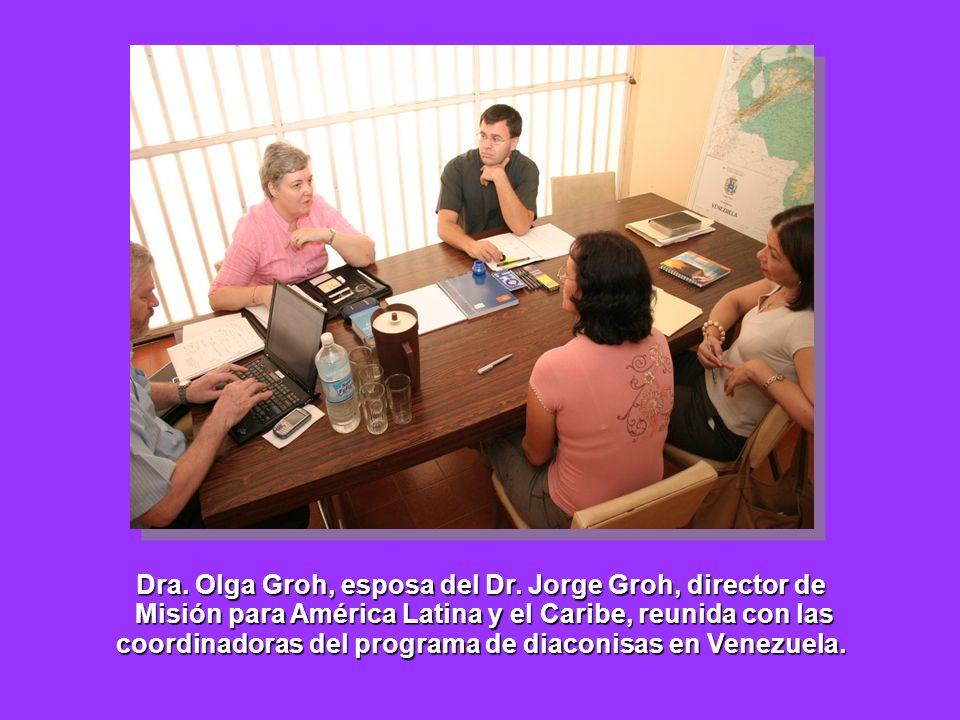 Dra. Olga Groh, esposa del Dr. Jorge Groh, director de Misión para América Latina y el Caribe, reunida con las Misión para América Latina y el Caribe,