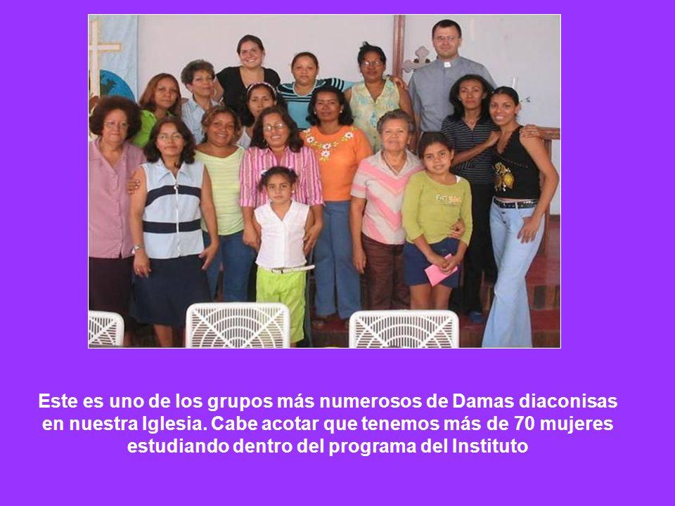 Este es uno de los grupos más numerosos de Damas diaconisas en nuestra Iglesia. Cabe acotar que tenemos más de 70 mujeres estudiando dentro del progra