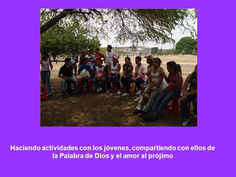 Haciendo actividades con los jóvenes, compartiendo con ellos de la Palabra de Dios y el amor al prójimo