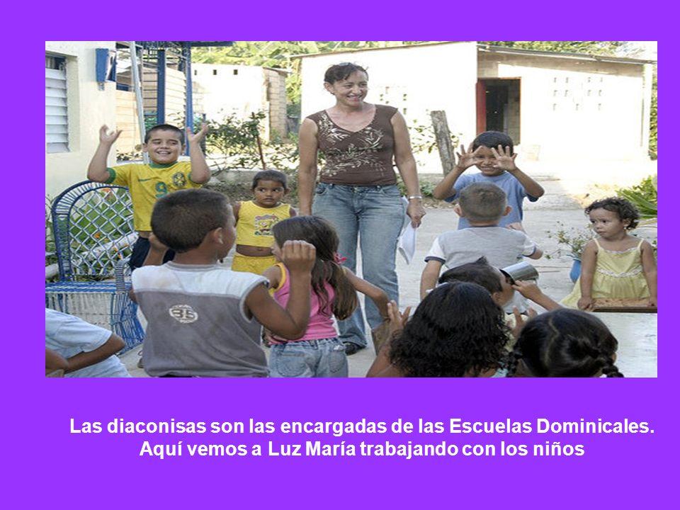 Las diaconisas son las encargadas de las Escuelas Dominicales. Aquí vemos a Luz María trabajando con los niños