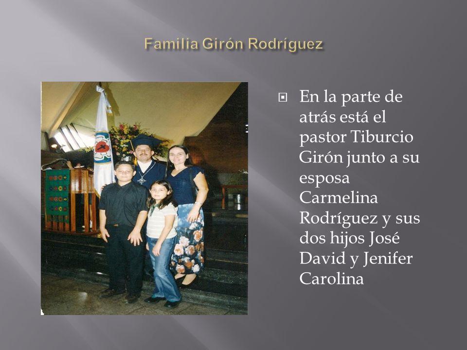 En la parte de atrás está el pastor Tiburcio Girón junto a su esposa Carmelina Rodríguez y sus dos hijos José David y Jenifer Carolina
