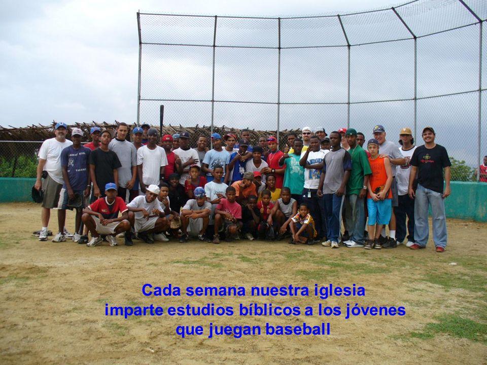 Cada semana nuestra iglesia imparte estudios bíblicos a los jóvenes que juegan baseball