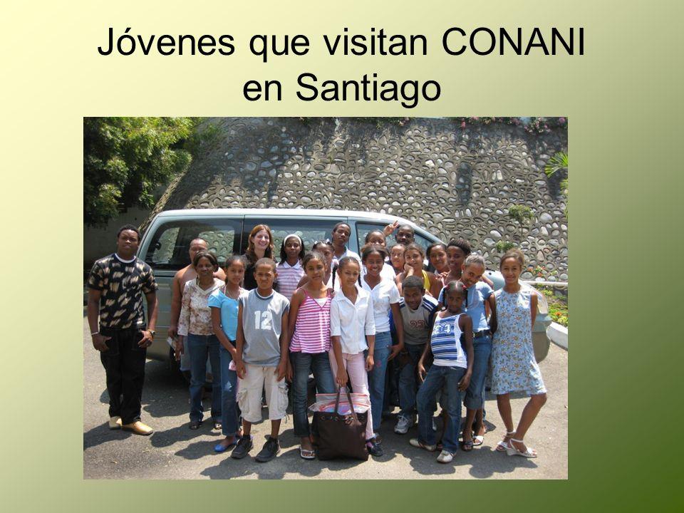 Jóvenes que visitan CONANI en Santiago