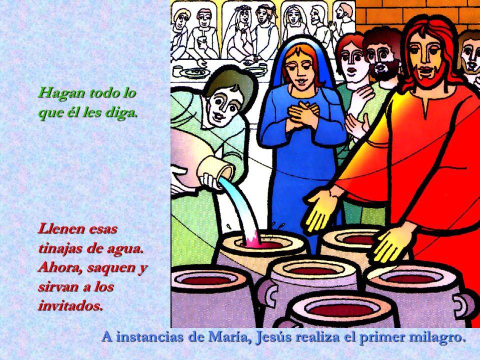 A instancias de María, Jesús realiza el primer milagro. Hagan todo lo que él les diga. Llenen esas tinajas de agua. Ahora, saquen y sirvan a los invit