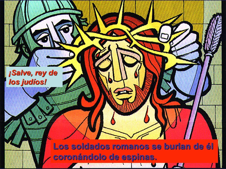 Los soldados romanos se burlan de él coronándolo de espinas. ¡Salve, rey de los judíos!