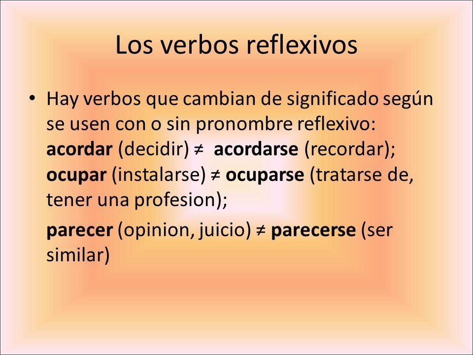 Los verbos reflexivos Hay verbos que cambian de significado según se usen con o sin pronombre reflexivo: acordar (decidir) acordarse (recordar); ocupa