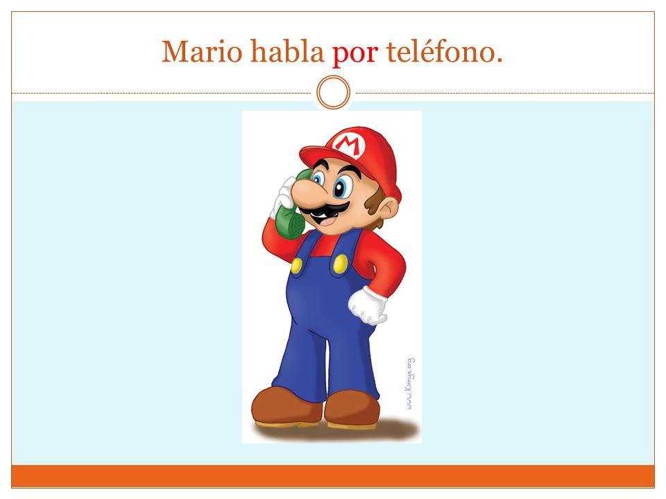 Mario habla por teléfono.