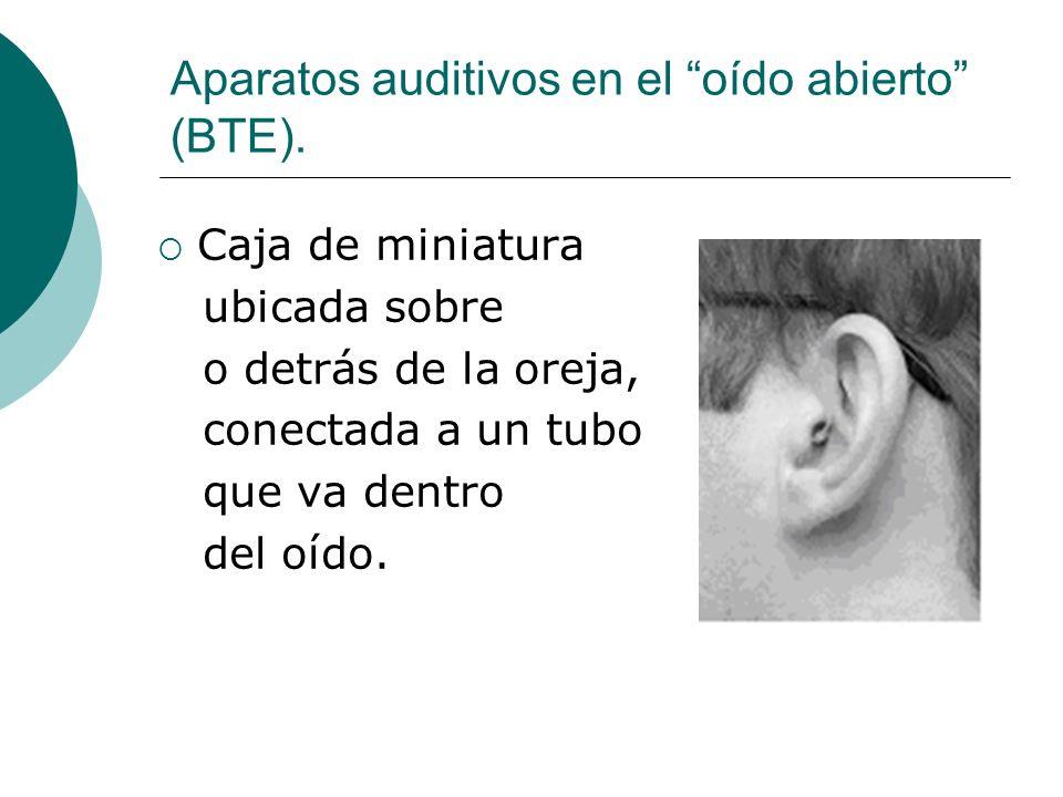 Aparatos auditivos en el oído abierto (BTE). Caja de miniatura ubicada sobre o detrás de la oreja, conectada a un tubo que va dentro del oído.