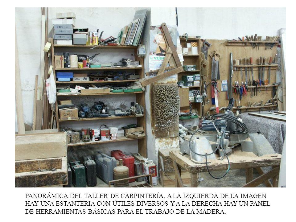 PANORÁMICA DEL TALLER DE CARPINTERÍA. A LA IZQUIERDA DE LA IMAGEN HAY UNA ESTANTERIA CON ÚTILES DIVERSOS Y A LA DERECHA HAY UN PANEL DE HERRAMIENTAS B