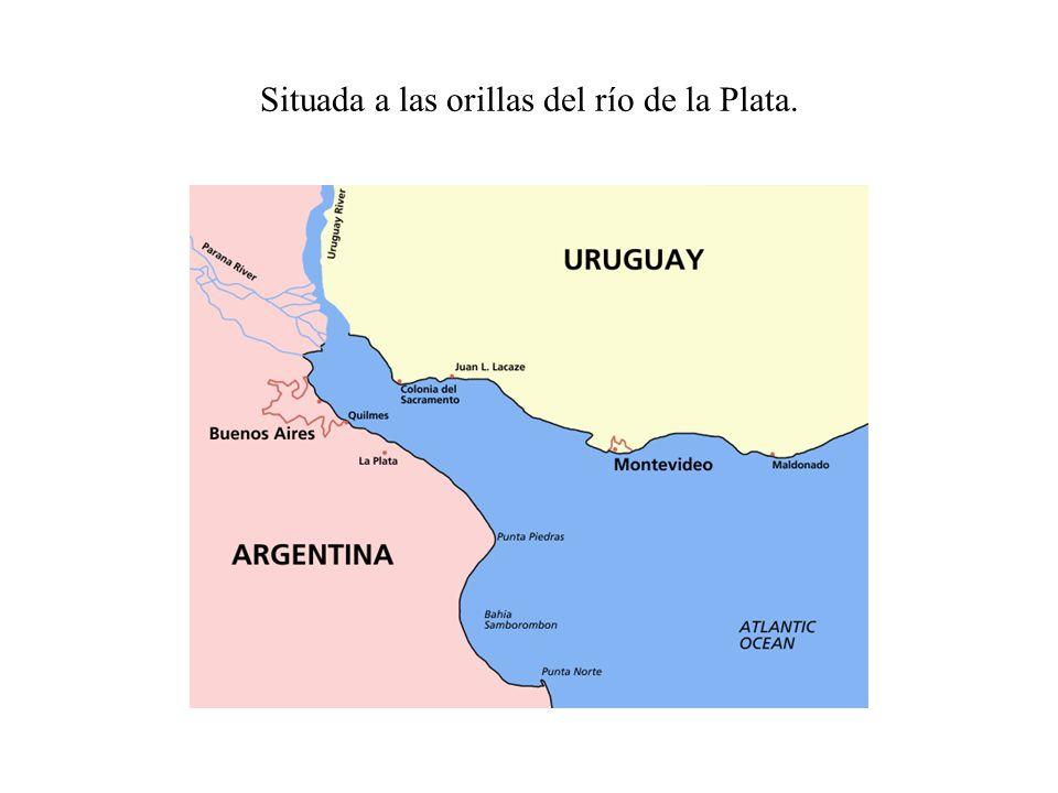 Situada a las orillas del río de la Plata.