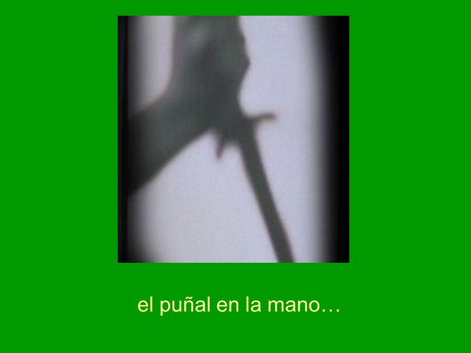 el puñal en la mano…
