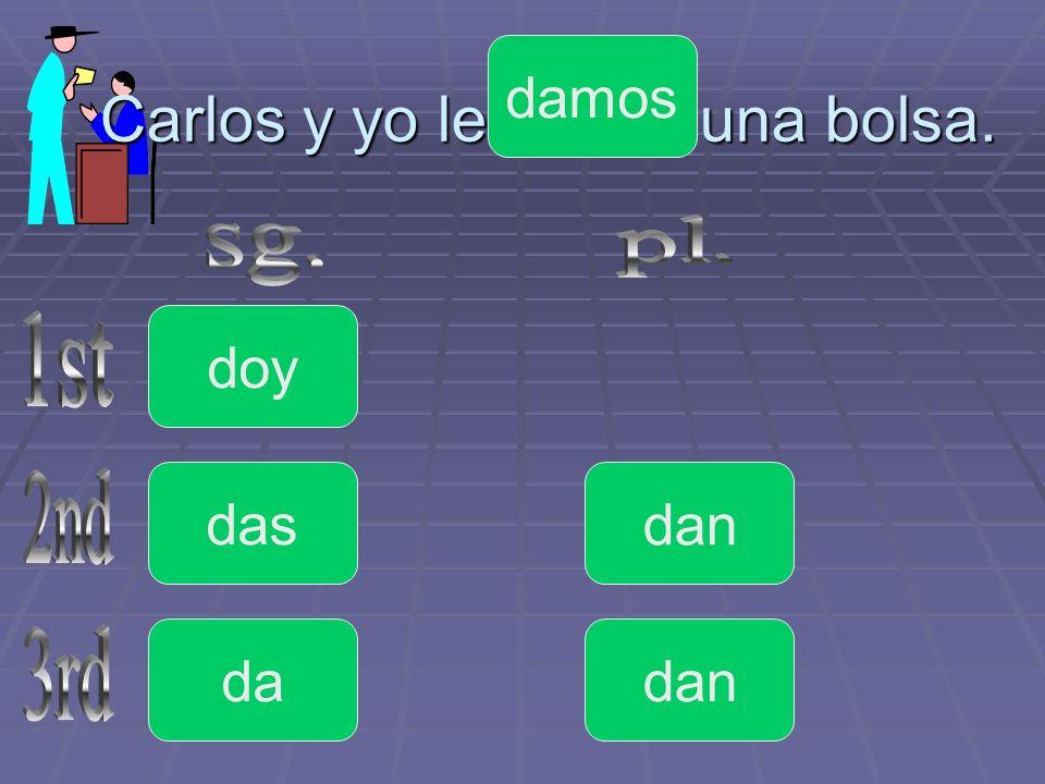Carlos y yo le _____ una bolsa. doy da das dan damos