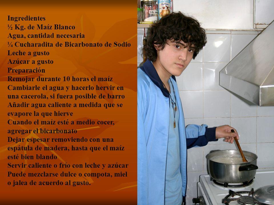 Ingredientes ½ Kg. de Maíz Blanco Agua, cantidad necesaria ¼ Cucharadita de Bicarbonato de Sodio Leche a gusto Azúcar a gusto Preparación Remojar dura