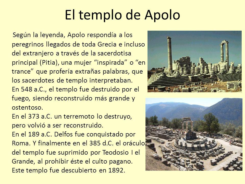 Dentro del recinto sagrado del templo de Apolo se encuentra: El templo El gran altar La Estela de los atenienses La Estela de Átalo I La Estela de los etolios Tumba de Neoptólemo Fuente de Cassiots Un teatro, con capacidad para 5000 espectadores.