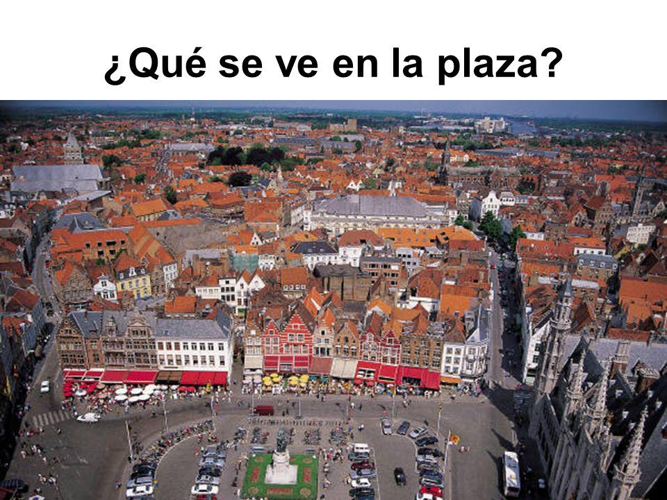 ¿Qué se ve en la plaza?