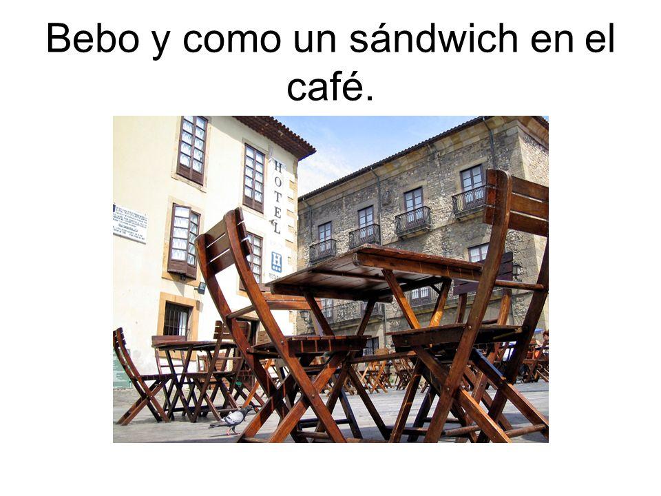 Bebo y como un sándwich en el café.
