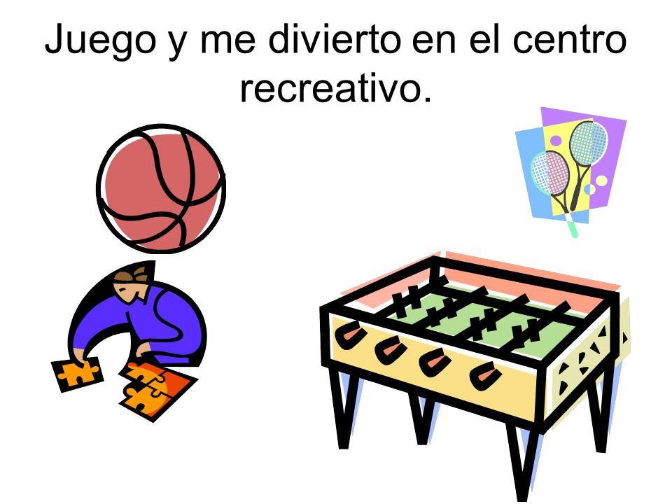Juego y me divierto en el centro recreativo.