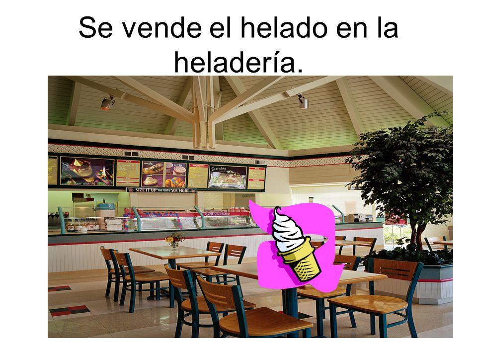 Se vende el helado en la heladería.