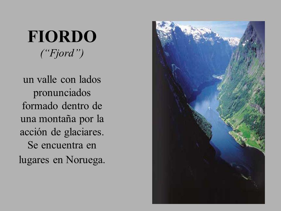 FIORDO (Fjord) un valle con lados pronunciados formado dentro de una montaña por la acción de glaciares. Se encuentra en lugares en Noruega.