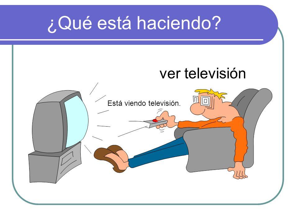 ¿Qué está haciendo ver televisión Está viendo televisión.