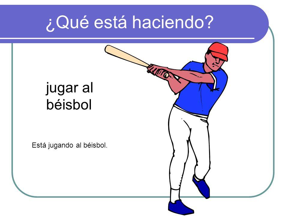 ¿Qué está haciendo jugar al béisbol Está jugando al béisbol.