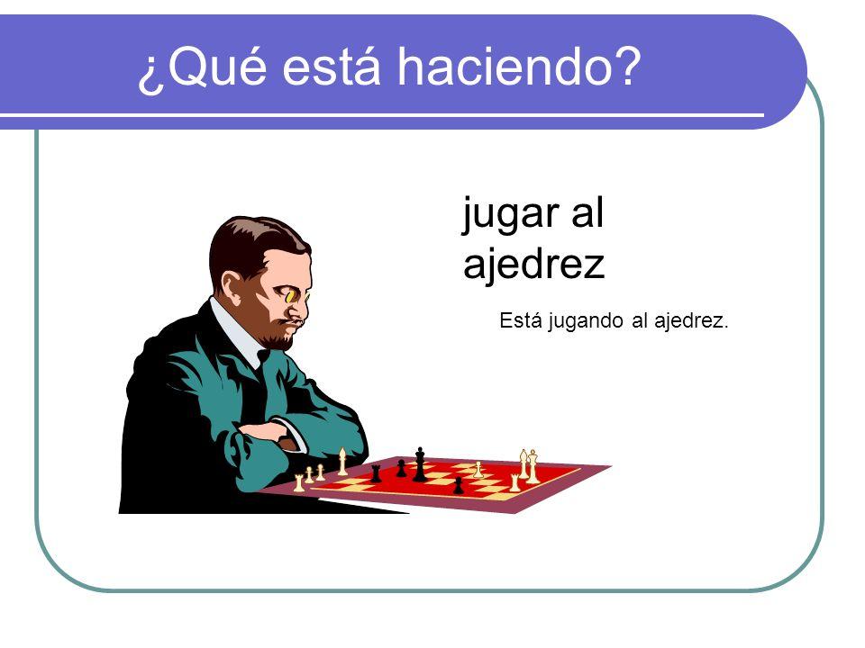 ¿Qué está haciendo jugar al ajedrez Está jugando al ajedrez.