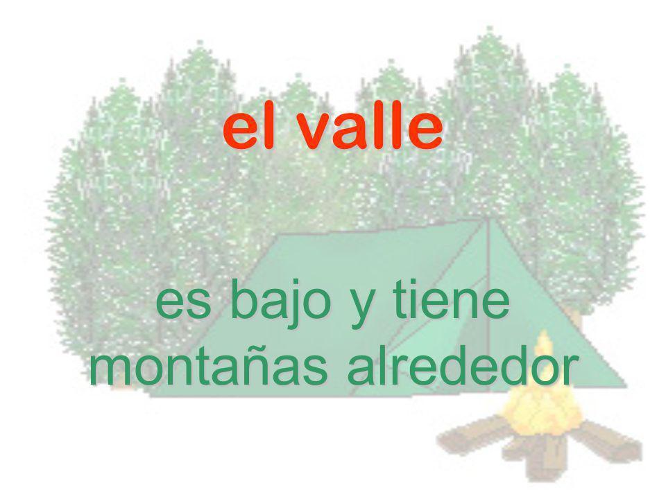 el valle es bajo y tiene montañas alrededor