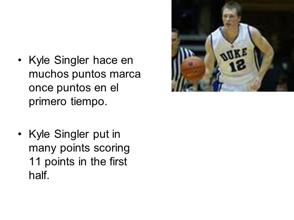 Kyle Singler hace en muchos puntos marca once puntos en el primero tiempo. Kyle Singler put in many points scoring 11 points in the first half.