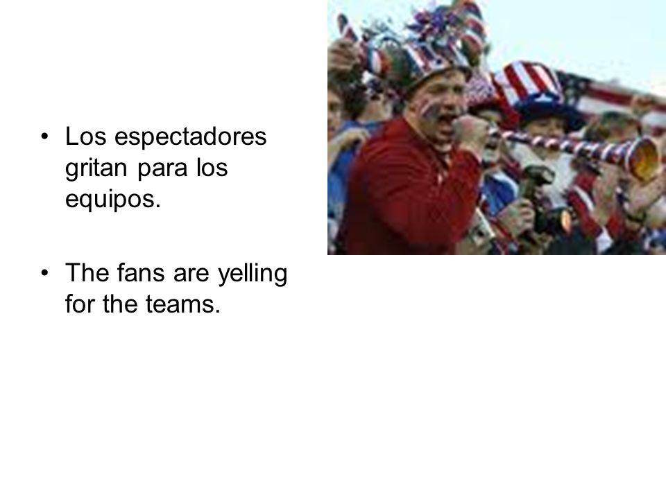 Los espectadores gritan para los equipos. The fans are yelling for the teams.
