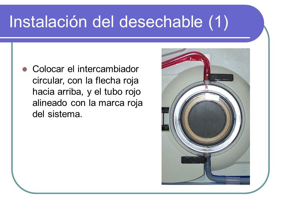Instalación del desechable (1) Colocar el intercambiador circular, con la flecha roja hacia arriba, y el tubo rojo alineado con la marca roja del sist