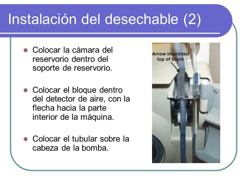 Instalación del desechable (2) Colocar la cámara del reservorio dentro del soporte de reservorio. Colocar el bloque dentro del detector de aire, con l