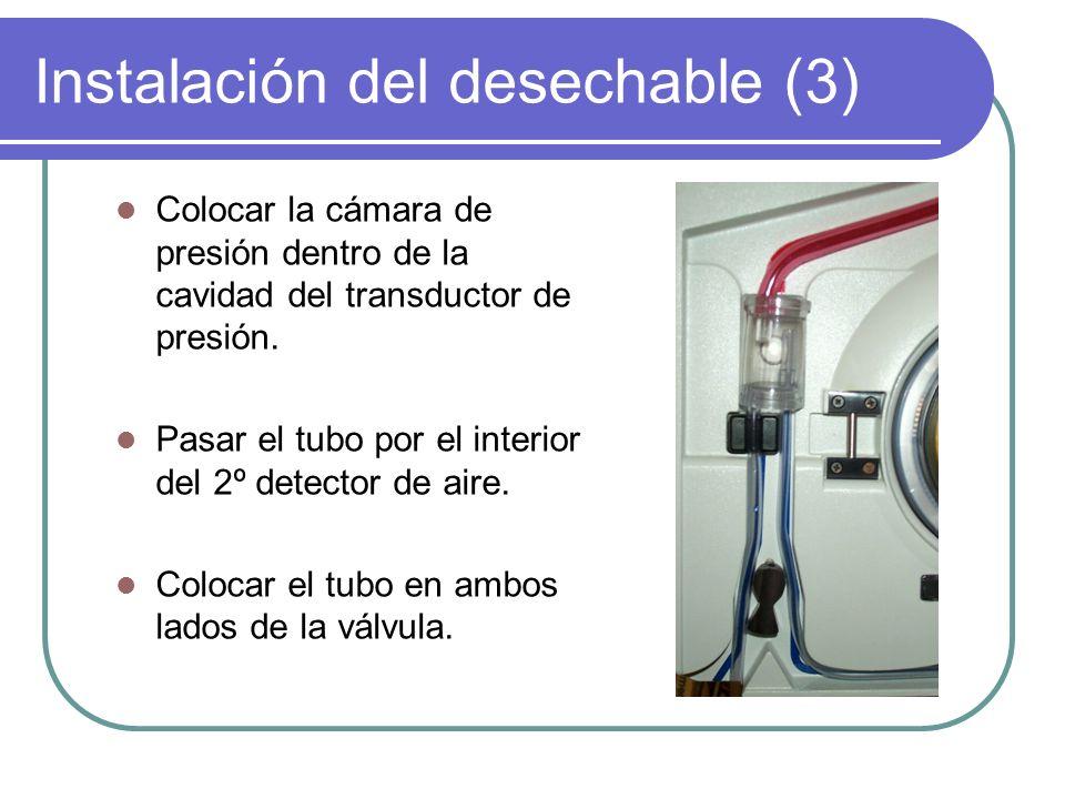 Instalación del desechable (3) Colocar la cámara de presión dentro de la cavidad del transductor de presión. Pasar el tubo por el interior del 2º dete