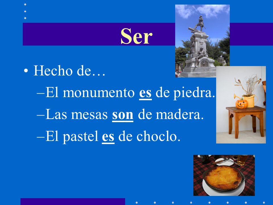 Hecho de… –El monumento es de piedra. –Las mesas son de madera. –El pastel es de choclo. Ser