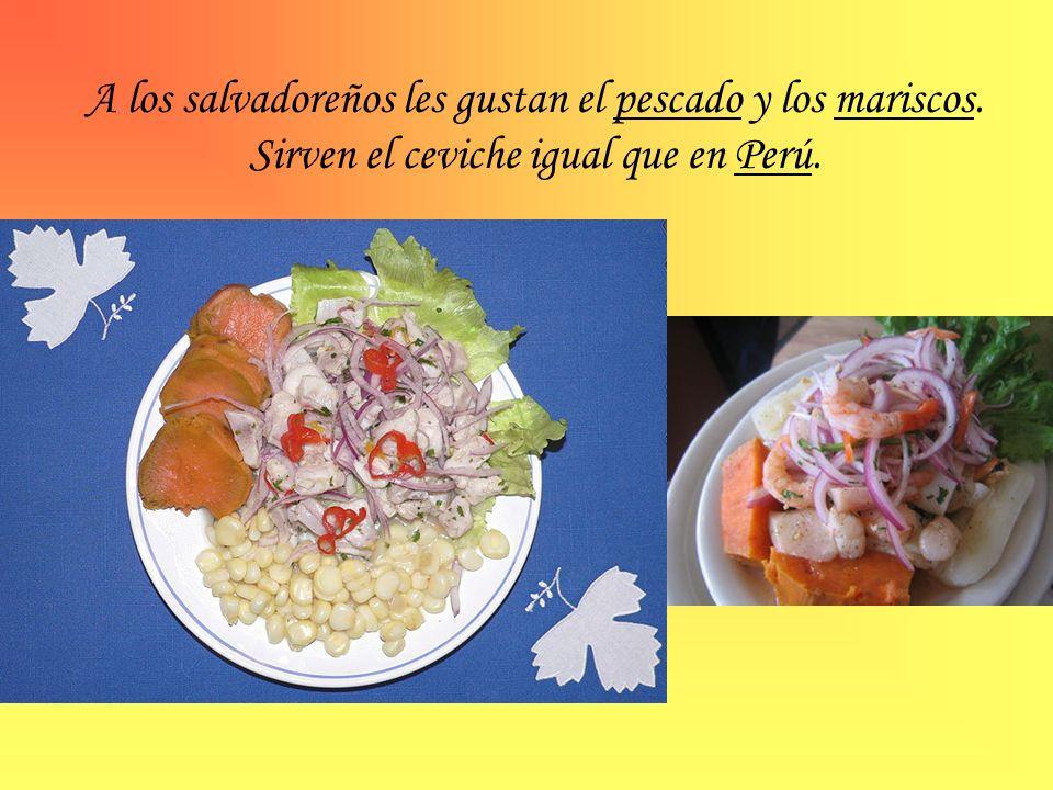 A los salvadoreños les gustan el pescado y los mariscos. Sirven el ceviche igual que en Perú.