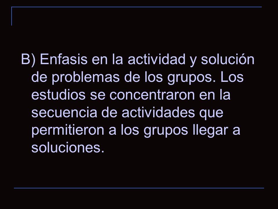 B) Enfasis en la actividad y solución de problemas de los grupos.