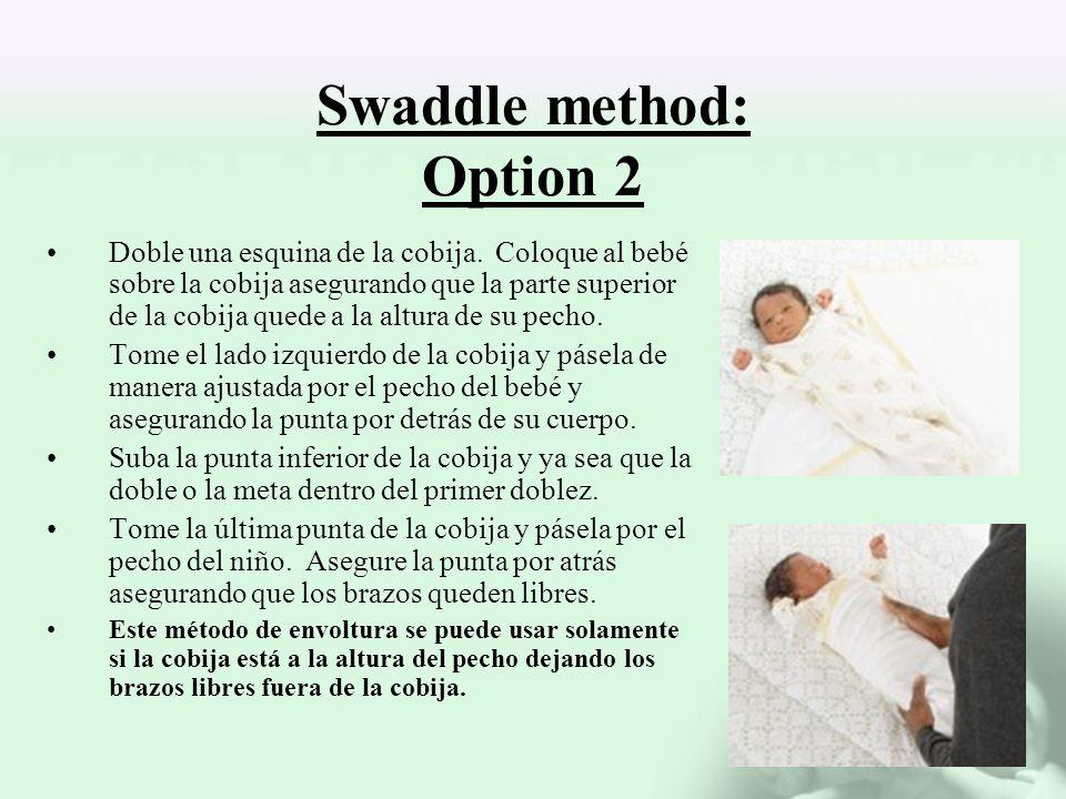 Swaddle method: Option 2 Doble una esquina de la cobija. Coloque al bebé sobre la cobija asegurando que la parte superior de la cobija quede a la altu