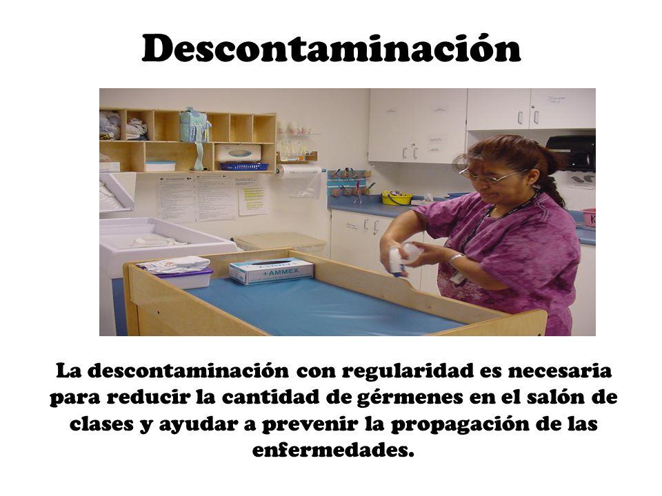 Soluciones para la Descontaminación La única solución que ha sido aprobada por OCDC para uso en los salones de clases, es la sal cuaternaria de amonio Ningún otro limpiador o solución (Comet, Lysol, cloro, etc.) puede estar almacenado en el salón de clases