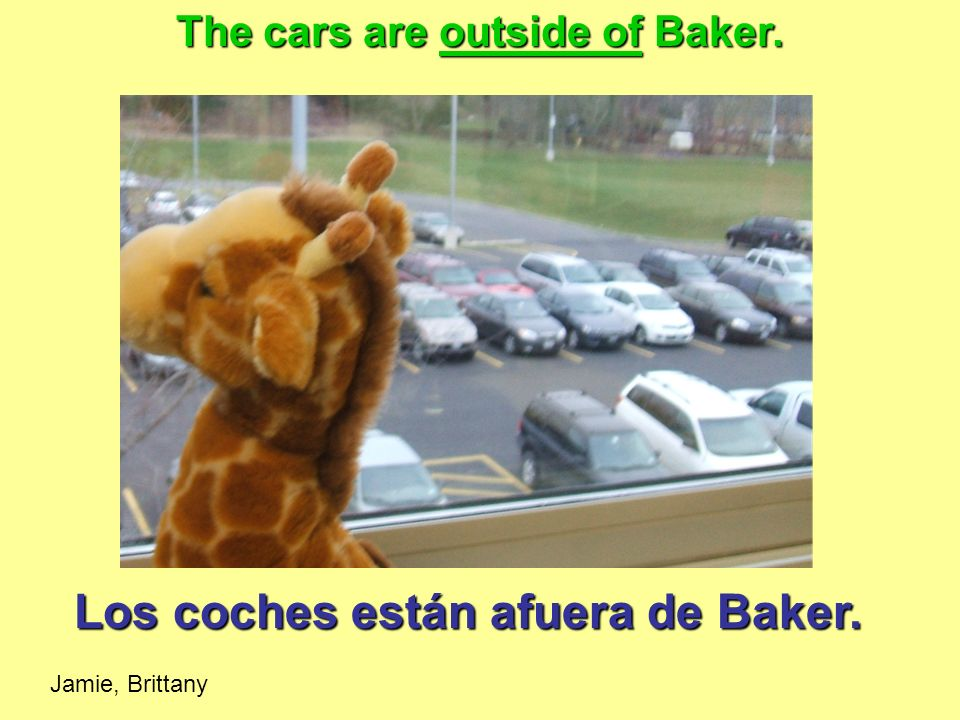 Los coches están afuera de Baker. The cars are outside of Baker. Jamie, Brittany