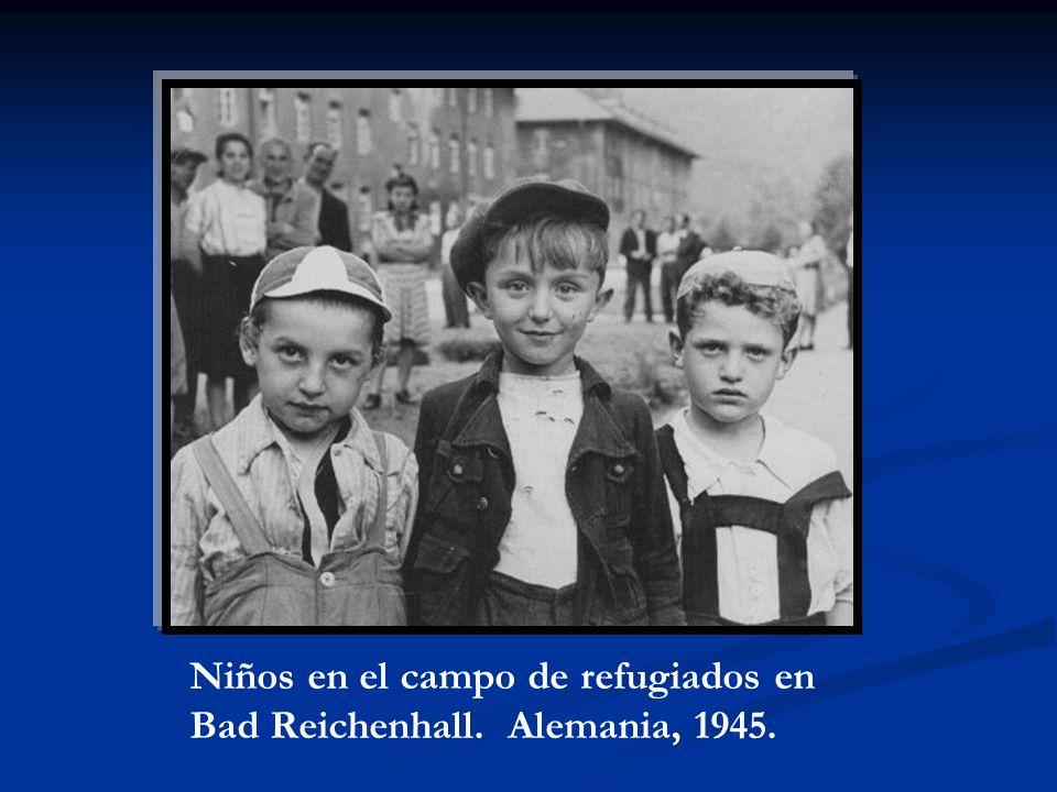 Niños en el campo de refugiados en Bad Reichenhall. Alemania, 1945.