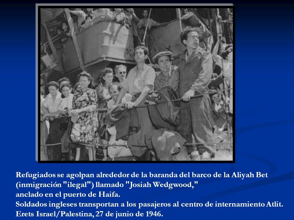 Refugiados se agolpan alrededor de la baranda del barco de la Aliyah Bet (inmigración ilegal ) llamado Josiah Wedgwood, anclado en el puerto de Haifa.
