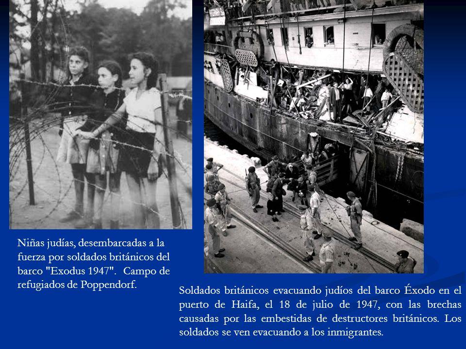 Soldados británicos evacuando judíos del barco Éxodo en el puerto de Haifa, el 18 de julio de 1947, con las brechas causadas por las embestidas de destructores británicos.