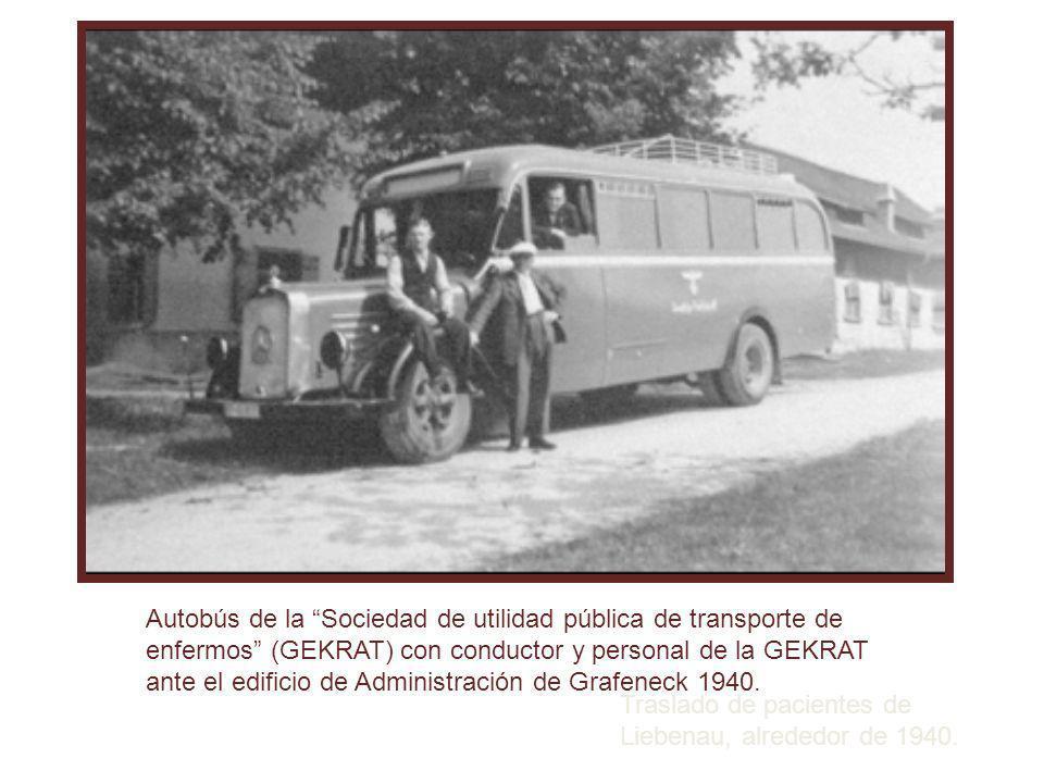 Traslado de pacientes de Liebenau, alrededor de 1940. Autobús de la Sociedad de utilidad pública de transporte de enfermos (GEKRAT) con conductor y pe