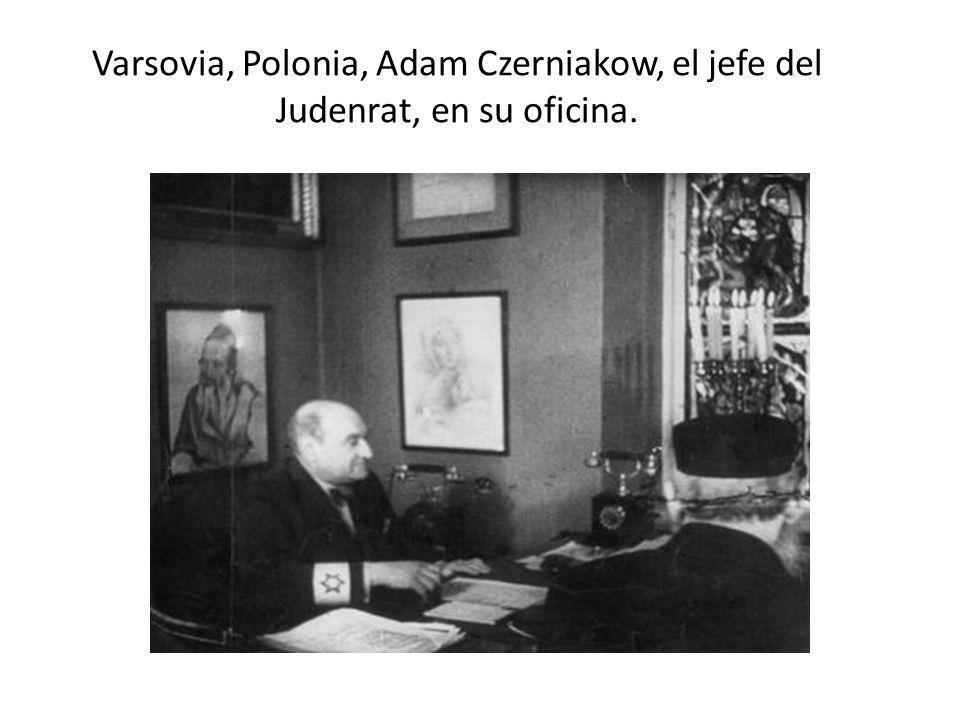 Varsovia, Polonia, Adam Czerniakow, el jefe del Judenrat, en su oficina.