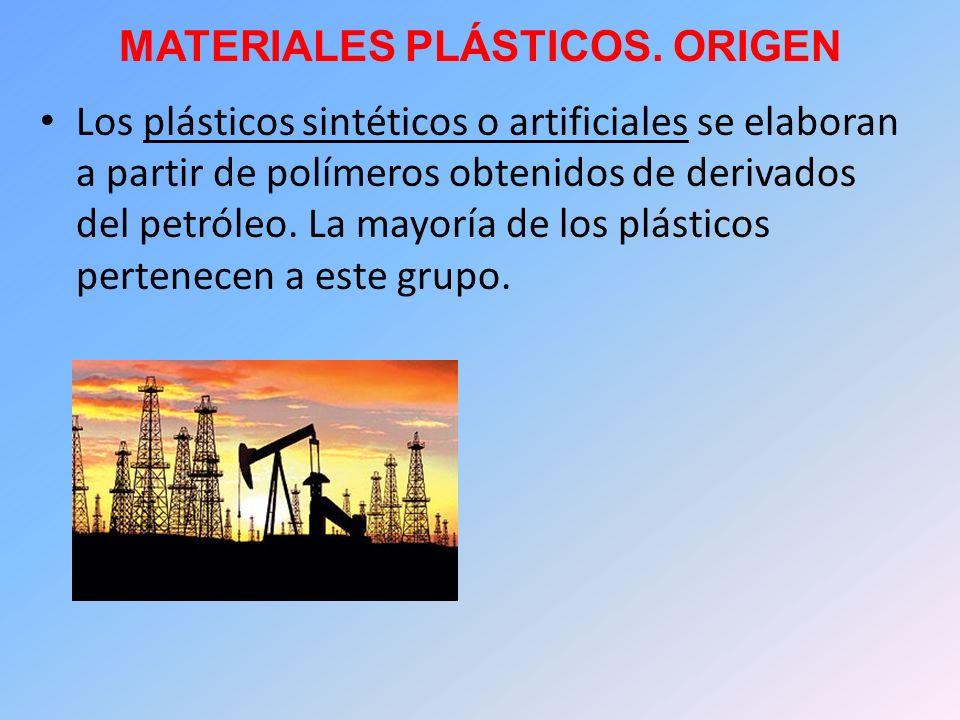 MATERIALES PLÁSTICOS. ORIGEN Los plásticos sintéticos o artificiales se elaboran a partir de polímeros obtenidos de derivados del petróleo. La mayoría